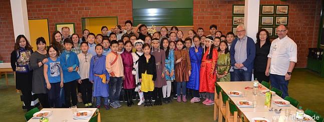 Die 46 mongolischen Schülerinnen und Schüler mit ihren Lehrerinnen, Dieter Fiesinger (2.v.re.), Hausleiter Peter Uhr (rechts) und Michael Kölln (hinten links). (Foto: René Kleinschmidt)